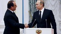 Russia's President Vladimir Putin (R) shakes hands with his French counterpart Francois Hollande during a news conference at the Kremlin in Moscow, Russia, November 26, 2015.