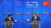 Turkish Prime Minister Ahmet Davutoglu (L) and European Council President Donald Tusk attend a news conference after a EU-Turkey summit in Brussels, Belgium November 29, 2015.