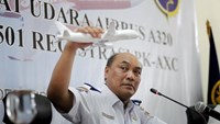 Soerjanto Tjahjono, the head of Indonesia's National Transportation and Safety Committee, holds a model plane during a news conference to announce the NTSC's findings in the investigation of the AirAsia QZ8501 crash, in Jakarta, Indonesia December 1, 2015.