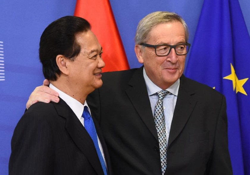 Vietnam's Prime Minister Nguyen Tan Dung (L) meets with European Commission President Jean-Claude Juncker at the European Commission in Brussels on December 2, 2015