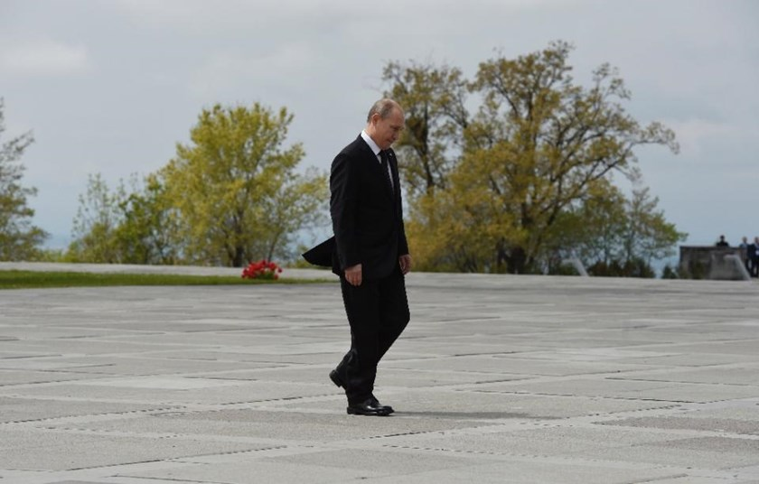 Video footage shows that when Vladimir Putin walks, his left arm swings normally but his right arm barely moves