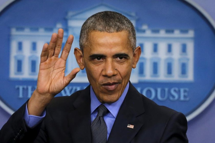 U.S. President Barack Obama waves as he leaves his end of the year news conference at the White House in Washington December 18, 2015.