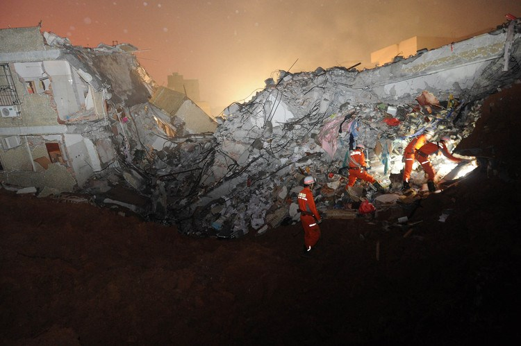 Rescuers look for survivors after a landslide hit an industrial park in Shenzhen on Sunday. Photo: AFP