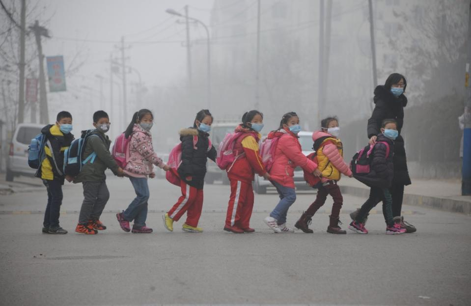 Ten Chinese cities issue pollution red alert: state media