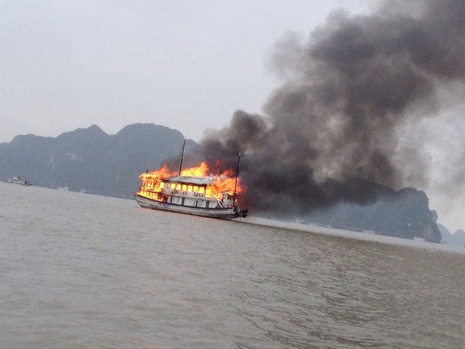 The flames quickly engulfed the tour boat. Photo: Linh Linh