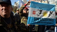 Veterans of the 1982 Falklands War between Great Britain and Argentina, take part in a protest outside the Argentinian Supreme Court in Buenos Aires on June 16, 2015