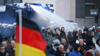 Police use a water cannon during a protest march by supporters of anti-immigration right-wing movement PEGIDA (Patriotic Europeans Against the Islamisation of the West) in Cologne, Germany, January 9, 2016.