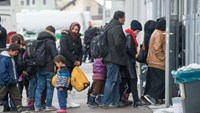 Refugees wait to register in Passau, southern Germany, on January 16, 2016