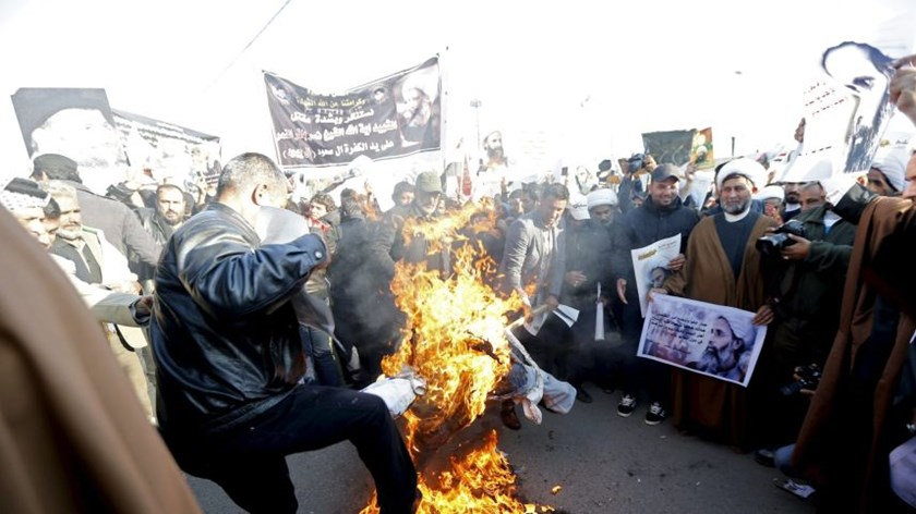 Supporters of Shi'ite cleric Moqtada al-Sadr burn an effigy of King Salman of Saudi Arabia during a demonstration, in Baghdad, Iraq. January 4, 2016. Photo: Iran