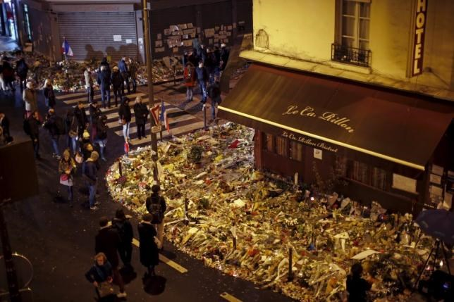 People mourn outside ''Le Petit Cambodge'' and ''Le Carillon'' restaurants a week after a series of deadly attacks in the French capital, in Paris, France, November 20, 2015.