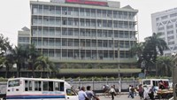 Commuters pass by the front of the Bangladesh central bank building in Dhaka March 8, 2016.