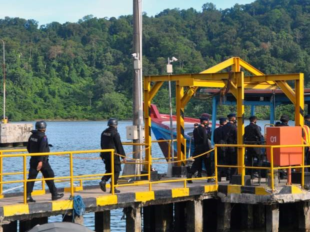 An Indonesian police firing squad boards a boat in Cilacap to cross to Nusakambangan maximum security prison island on April 28, 2015, ahead of the planned execution of drug convicts. Photo: AFP