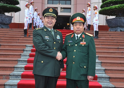 Defence Minister General Phung Quang Thanh (R) and his Chinese counterpart Sen. Lieut. Gen. Chang Wanqua