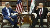 Iraq's Foreign Minister Ibrahim al-Jaafari (R) receives U.S. Secretary of State John Kerry in the library at the foreign minister's villa in Baghdad April 8, 2016.