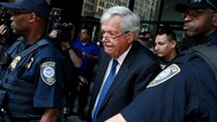 Former U.S. House of Representatives Speaker Dennis Hastert is surrounded by officers as he leaves federal court after pleading not guilty to federal charges of trying to hide large cash transactions and lying to the FBI in Chicago, Illinois, United States, June 9, 2015.