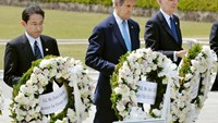 U.S. Secretary of State John Kerry (2nd L) prepares to lay a wreath at the cenotaph with Japan's Foreign Minister Fumio Kishida (L), Britain's Foreign Minister Philip Hammond and other fellow G7 foreign ministers at Hiroshima Peace Memorial Park and Museum in Hiroshima