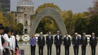 G7 foreign ministers stand together after placing wreaths at the cenotaph at Hiroshima Peace Memorial Park and Museum in Hiroshima, Japan April 11, 2016.