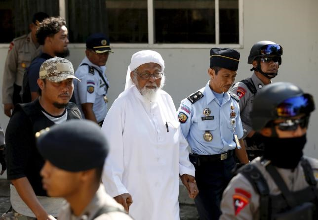 Indonesian radical Muslim cleric Abu Bakar Ba'asyir (C) arrives at a court to attend an appeal hearing in Cilacap, Central Java province in this January 12, 2016 file photo.