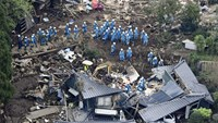 Rescue workers conduct a search and rescue operation to a collapsed house at a landslide site caused by earthquakes in Minamiaso town, Kumamoto prefecture, southern Japan, in this photo taken by Kyodo April 16, 2016. Photo: Reuters/Kyodo
