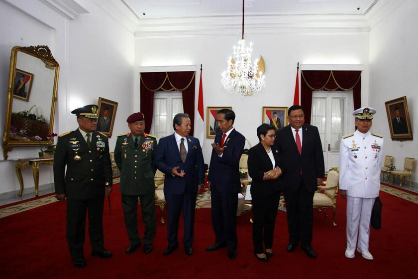 (L-R) Indonesian military chief General Gatot Nurmantyo, Malaysian Armed Forces General Tan Sri Zulkifeli Mohd , Malaysia's Foreign Minister Dato Sri Anifah Aman, Indonesia's President Joko Widodo, Indonesia's Foreign Minister Retno Marsudi, Philippine's Foreign Minister Jose Rene Almendras, and Philippine's Navy Chief Admiral Caesar C. Taccad chat before a meeting at The Gedung Agung in Yogyakarta, Indonesia, May 5, 2016. ANTARA FOTO/Andreas Fitri Atmoko/via REUTERS