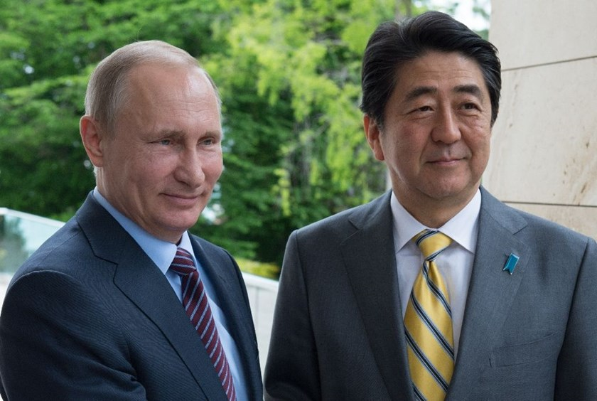 Russian President Vladimir Putin (L) welcomes Japanese Prime Minister Shinzo Abe in Sochi on May 6, 2016