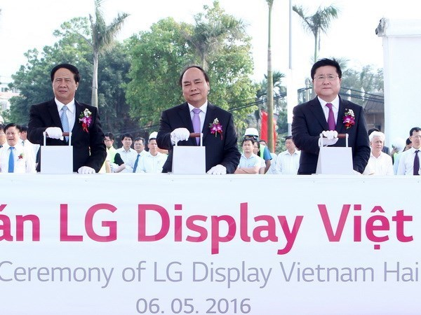 Prime Minister Nguyen Xuan Phuc (C) at a ceremony to start construction of a LG Display Group factory in Hai Phong. Photo: VNA
