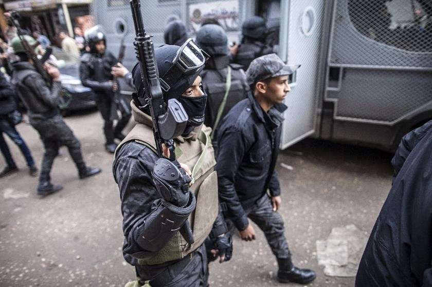 Gunmen shot dead eight plainclothed Egyptian policemen in the Helwan district south of Cairo, the interior ministry said
