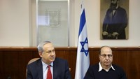 Israel's Prime Minister Benjamin Netanyahu (L) and Defence Minister Moshe Yaalon attend the weekly cabinet meeting in Jerusalem November 15, 2015.
