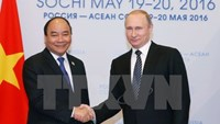 Prime Minister Nguyen Xuan Phuc (L) meets with Russian President Vladimir Putin. Photo: VNA