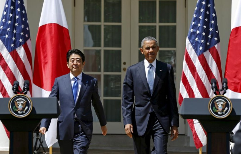U.S. President Barack Obama and Japanese Prime Minister Shinzo Abe arrive for a joint news conference in the Rose Garden of the White House in Washington, April 28, 2015.