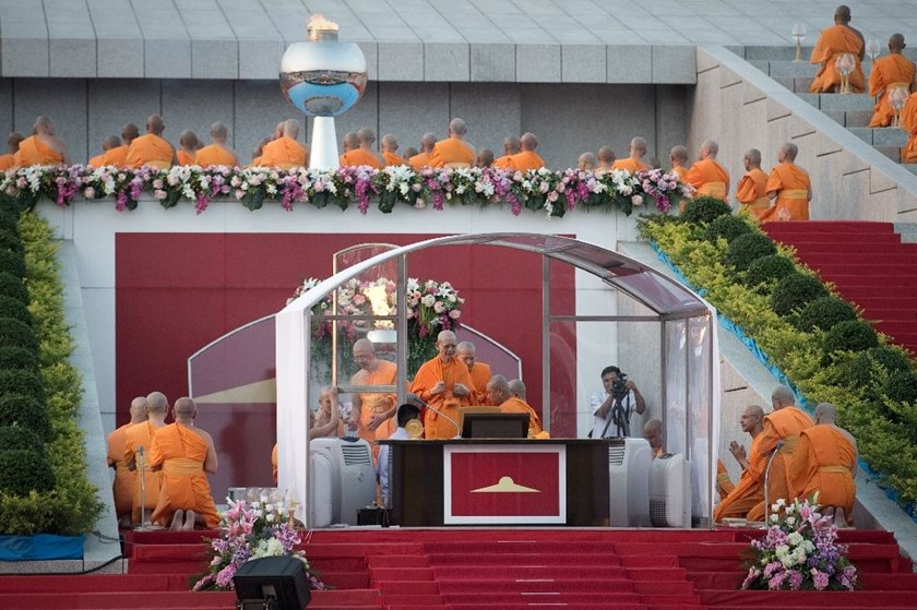Phra Dhammachayo (C), abbot of the Dhammakaya Temple and founder of the Dhammakaya Foundation, leads a religious ceremony at the temple in Bangkok