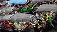 Workers load bags of groceries onto a tuk-tuk at the Klong Thoei market in Bangkok. Photographer: Dario Pignatelli/Bloomberg