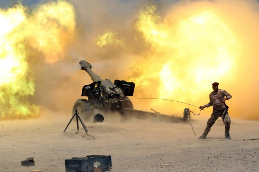 A member of the Iraqi security forces fires artillery during clashes with Islamic State militants near Falluja, Iraq, May 29, 2016.