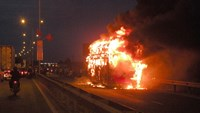 The bus is engulfed in flames. Photos: Thanh Dai