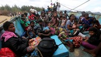 Sri Lankan immigrants are pictured on their boat after being stranded at Pulo Kapuk beach in Lhoknga, Aceh province, Indonesia, June 14, 2016. Antara Foto/Irwansyah Putra/via REUTERS