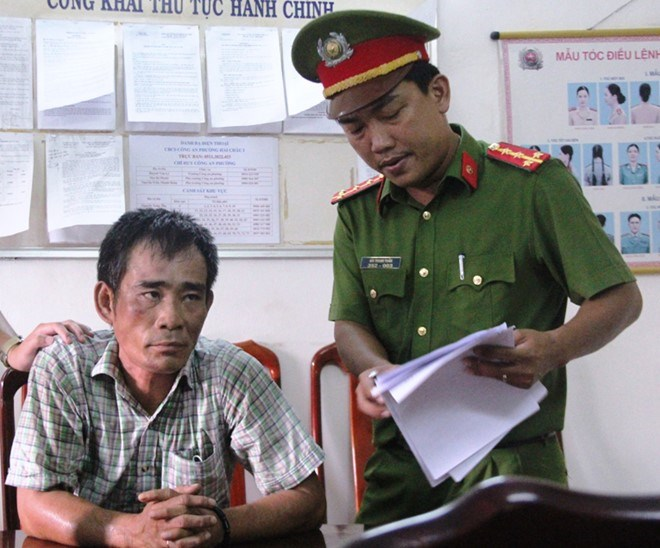 Vo Quoc Hung, owner of the Thao Van 2 tourist boat, at a police station in Da Nang. Photo credit: Nguyen Vu/Zing.vn