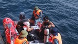 Navy divers participate in the search for a missing plane off central Vietnam. Photo: Thanh Tung