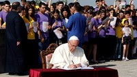 Pope Francis signs a visitors' book during a commemoration ceremony for Armenians killed by Ottoman Turks, at the Tsitsernakaberd Memorial Complex in Yerevan, Armenia, June 25, 2016.