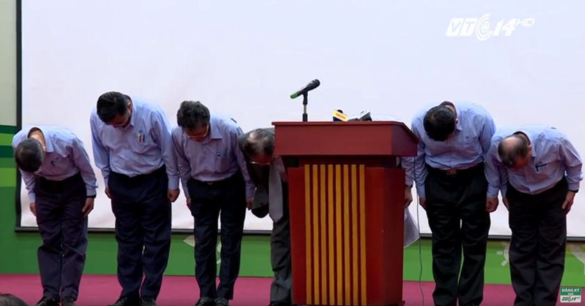 Chen Yuan-Cheng (4th from left), Chairman of Formosa Ha Tinh Steel Corp., and officials of the company bow in apology to an environment disaster in central Vietnam. Still image captured from a video clip released by the Vietnamese government at a press conference in Hanoi on June 30, 2016