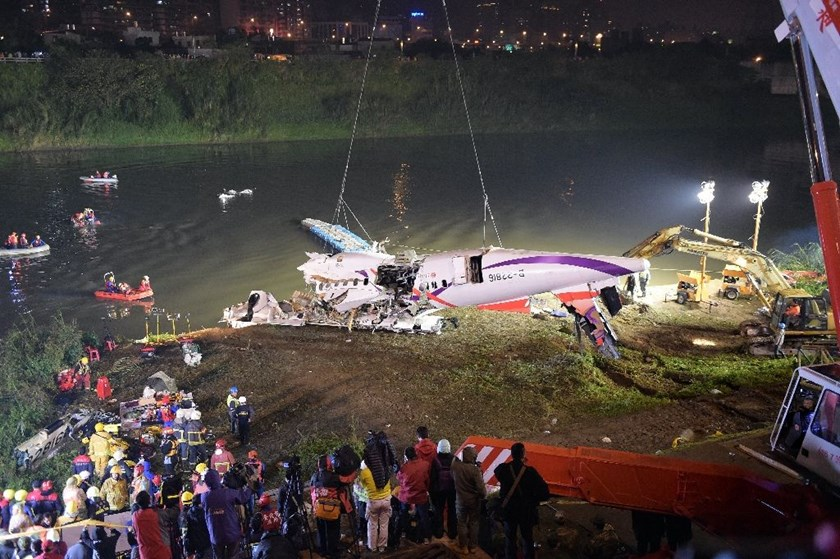 Rescuers lift the wreckage of the TransAsia Airways Flight GE235 out of the Keelung river at New Taipei City on February 4, 2015