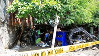 Members of the Philippine National Police (PNP) investigation unit check the body of one of the five suspected drug pushers killed in a police operation in Quiapo city, metro Manila, Philippines July 3, 2016.