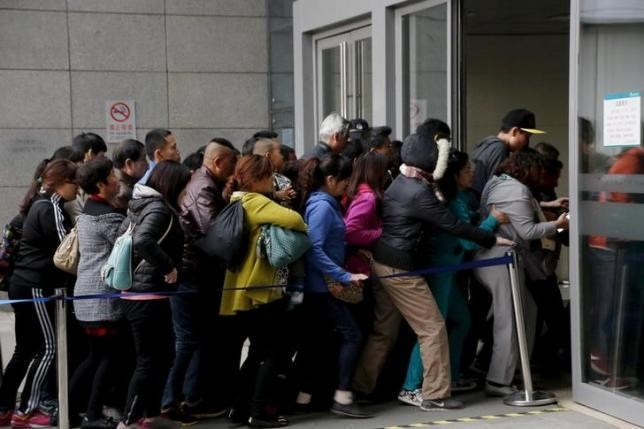 People rush into Peking Union Hospital in Beijing, China, early April 6, 2016. Picture taken April 6, 2016.
