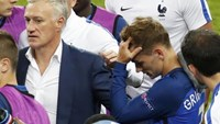 France's coach Didier Deschamps talks to his players