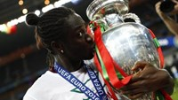 Portugal's Eder celebrates with the trophy after winning Euro 2016