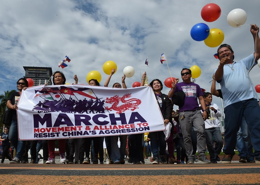 Filipino activists march as they anticipate a favorable decision from a UN tribunal ruling on the legality of China's claims to an area of the South China sea contested by the Philippines, during a demonstration along the bay walk in Roxas Boulevard in Manila on July 12, 2016. Photo: AFP