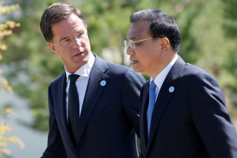 Dutch Prime Minister Mark Rutte chats with Chinese Premier Li Keqiang during the Asia-Europe Meeting (ASEM) summit just outside Ulaanbaatar, Mongolia, July 16, 2016.