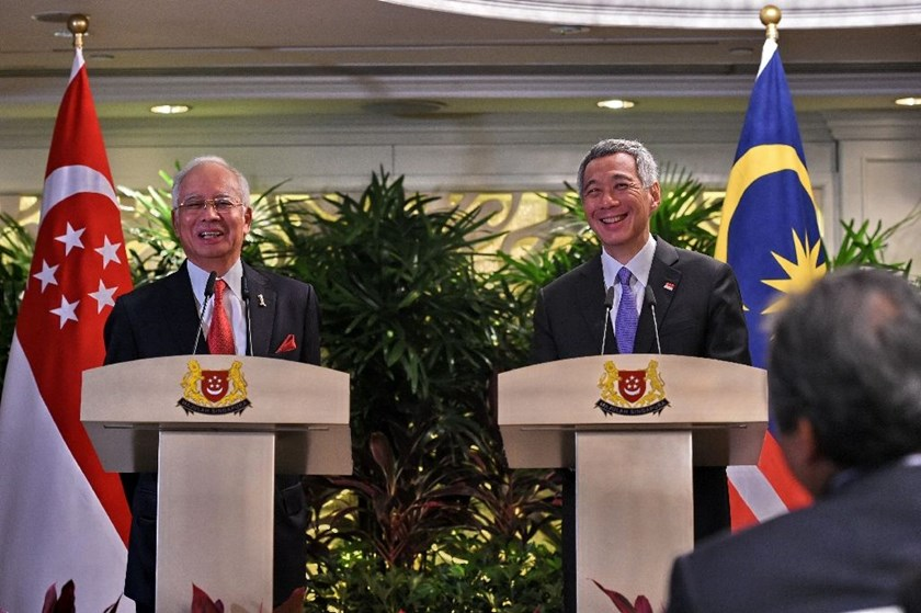 The signing was overseen by Malaysian Prime Minister Najib Razak (L) and his Singapore counterpart Lee Hsien Loong, who proposed the idea together in 2013