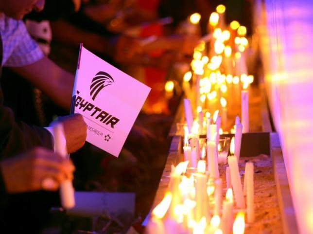 People light candles during a candlelight vigil for the victims of EgyptAir flight 804, at the Cairo Opera house in Cairo, Egypt May 26, 2016.