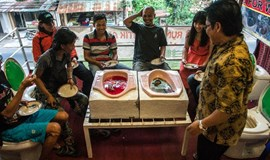 Indonesian toilet cafe serves up stomach-churning food