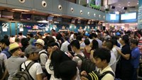 Passengers wait at check-in counters in Tan Son Nhat Airport. Photo credit: Zing.vn
